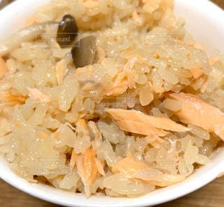 自炊料理の鮭としめじの炊き込みごはんの写真・画像素材[3082039]