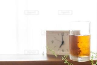 朝7時の時計を見て飲む一杯のお茶 モーニングルーティーンの写真・画像素材[3744673]
