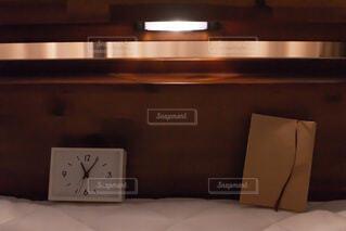 夜にベッドの上で本を読むの写真・画像素材[3744722]