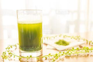 朝に飲む大葉青汁と粉の写真・画像素材[3754656]
