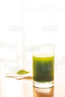 朝に飲む大葉青汁と粉の写真・画像素材[3754660]