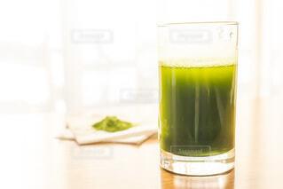 朝に飲む大葉青汁と粉の写真・画像素材[3754672]