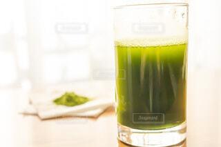 朝に飲む大葉青汁と粉の写真・画像素材[3754674]