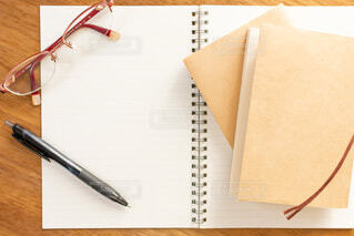 白紙のノートとペンで勉強をするの写真・画像素材[3754687]