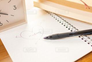 ノートでマインドマップを書きアイデアを出しながら将来設計を考えるの写真・画像素材[3754700]