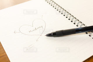 ノートにマインドマップを書いて将来設計を考えるの写真・画像素材[3754707]