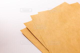 封筒によく使われるクラフト紙の写真・画像素材[3754752]