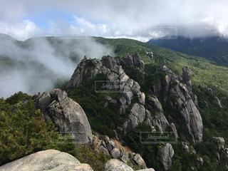 背景の木と岩が多い山の写真・画像素材[1810827]