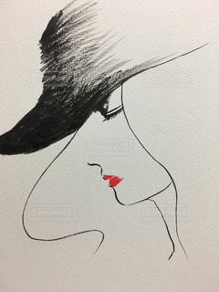 赤い口紅の女性の横顔の写真・画像素材[1846968]