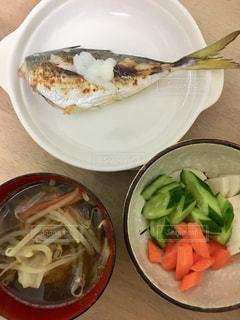 食卓の上の食べ物の皿の写真・画像素材[2205106]