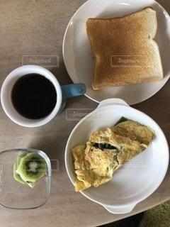食べ物の皿とコーヒー1杯の写真・画像素材[3214899]