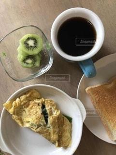 食べ物の皿とコーヒー1杯の写真・画像素材[3214901]