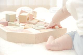積み木で遊ぶ赤ちゃんの写真・画像素材[1803979]