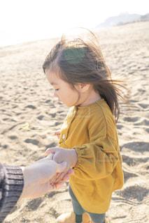 砂の中に立っている小さな女の子の写真・画像素材[1874753]