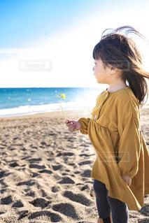 砂浜に立つ女の子の写真・画像素材[1874760]