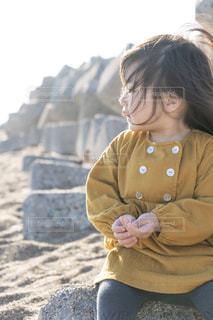 砂浜に座る女の子の写真・画像素材[1874761]