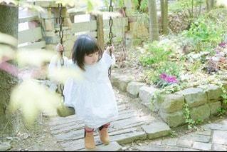 ブランコで遊ぶ女の子の写真・画像素材[2386819]