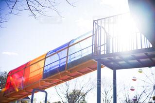青空とカラフルな滑り台の写真・画像素材[3014076]
