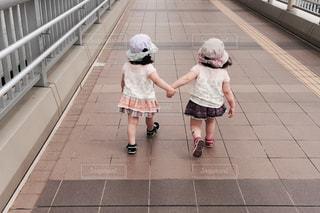 歩道の上を歩く少女の写真・画像素材[1807107]