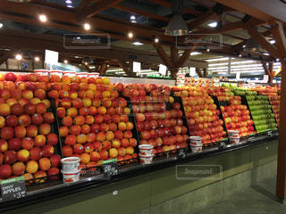 きれいに陳列されたりんごの写真・画像素材[1804318]