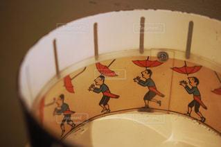 持っている傘が飛ばされる人の写真・画像素材[1812555]