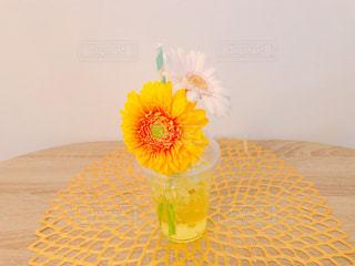 テーブルとガーベラの写真・画像素材[1806214]