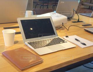 ノートパソコンが置かれている机の写真・画像素材[2403184]