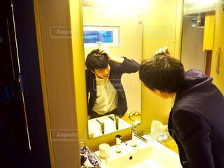鏡の前に立っている人の写真・画像素材[2884480]