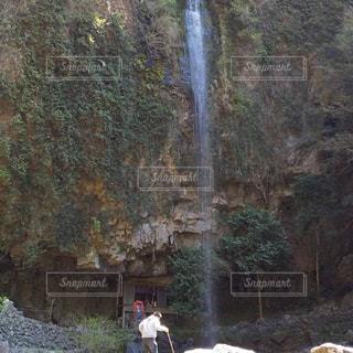 滝と杖をついた人の写真・画像素材[2019278]