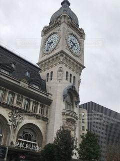 建物の上部に時計と大きな背の高い塔の写真・画像素材[1808032]