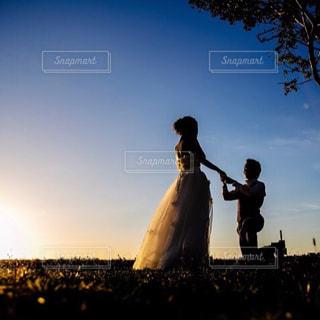 夕焼け越しにプロポーズの写真・画像素材[1830902]