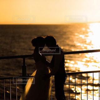 夕焼けを使ってブライダルフォトの写真・画像素材[1830903]