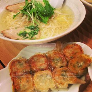 テーブルの上に食べ物のプレートの写真・画像素材[1809521]