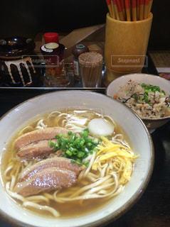 テーブルの上に食べ物のプレートの写真・画像素材[1809574]