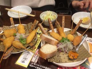 テーブルの上に食べ物のプレートの写真・画像素材[1811427]