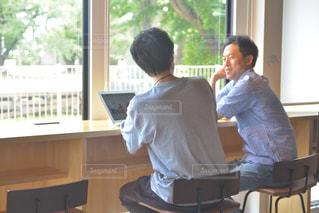 窓の前に立つ男女の写真・画像素材[2310272]