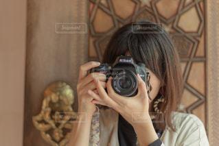 カメラを構えている女性の写真・画像素材[2310299]