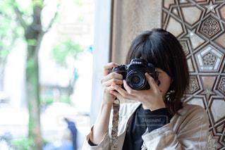 カメラを構えている女性の写真・画像素材[2310300]