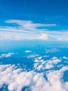 雲と青い空の眺めの写真・画像素材[1816616]