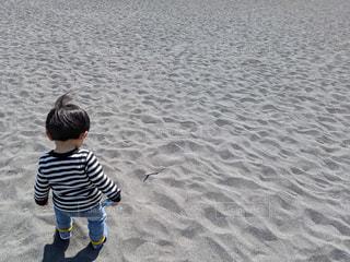 砂浜を歩く子どもの写真・画像素材[1860561]