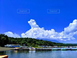 夏の湖の写真・画像素材[2343459]