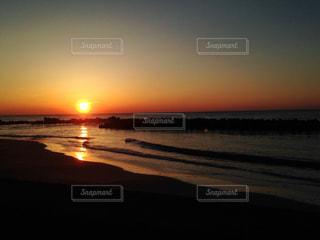 日本海の夕日の写真・画像素材[1811023]