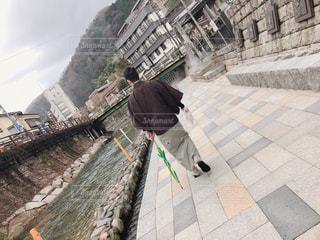 温泉街を歩く男性の写真・画像素材[1844748]