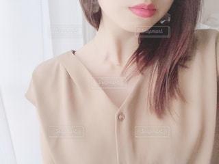 シャツ姿の女性の写真・画像素材[2135698]