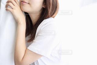 朝日を浴びる女性の写真・画像素材[2223768]