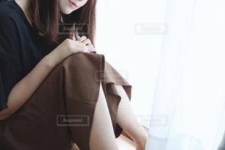 窓際に座る女性の姿の写真・画像素材[2232426]