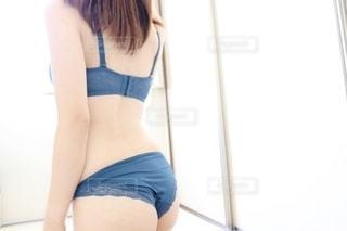 下着姿の女性の後ろ姿の写真・画像素材[2244514]
