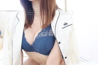 女性のパジャマ姿の写真・画像素材[2244569]