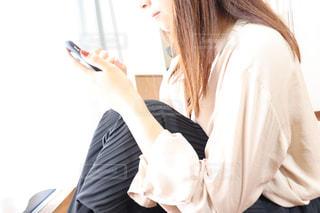 携帯を触る女性の姿の写真・画像素材[2246751]
