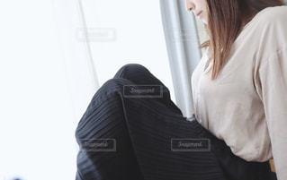 窓際に座る女性の写真・画像素材[2246762]